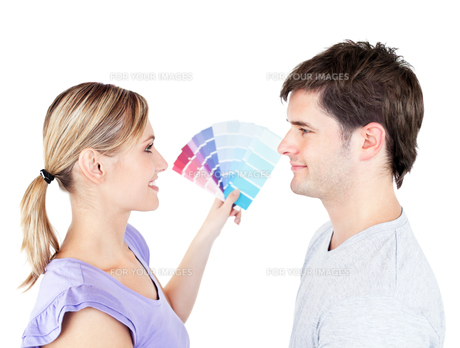 Bright couple choosing color for a roomの写真素材 [FYI00483196]
