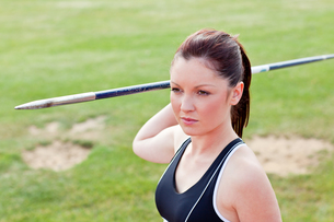 Determined female athlete ready to throw javelinの写真素材 [FYI00483200]