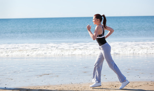 Beautifull woman running on the beachの素材 [FYI00483209]