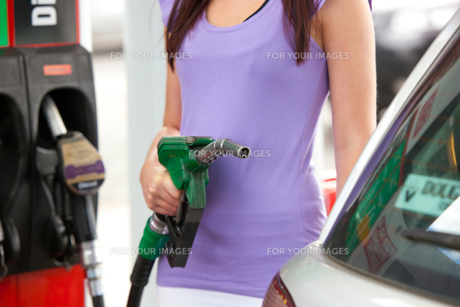 Close up of a woman refueling her carの素材 [FYI00483219]