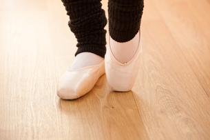 Close up of the feet of a ballerina exercisingの素材 [FYI00483224]