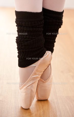 Close up of a gifted ballerina on tiptoeの写真素材 [FYI00483225]