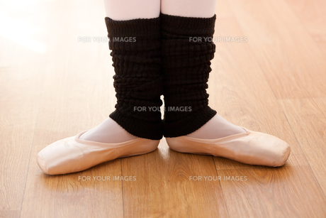 Close up of the feet of a talented ballerina dancingの素材 [FYI00483227]