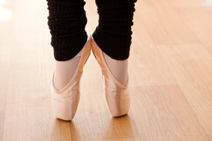 Close up of a talented ballerina on tiptoeの写真素材 [FYI00483228]