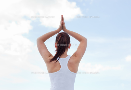Young attractive woman doing yogaの素材 [FYI00483229]