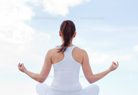 Attractive woman doing yogaの素材 [FYI00483230]