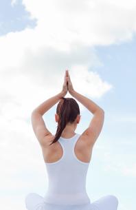 Woman practising yogaの写真素材 [FYI00483232]