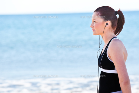 Young woman listening to musicの写真素材 [FYI00483236]