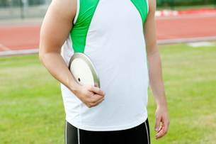 Close up of a male athlete holding a discusの写真素材 [FYI00483240]