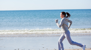 Attractive woman running on the beachの素材 [FYI00483241]