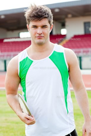 Portrait of a male athlete holding a discusの素材 [FYI00483242]