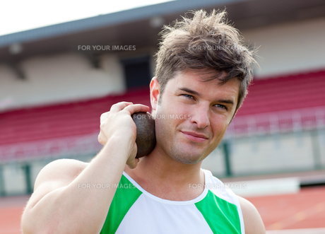Concentrated male athlete preparing to throw weightの写真素材 [FYI00483246]