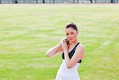 Determined female athlete holding weightの写真素材 [FYI00483248]