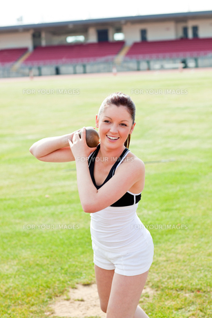 Attractive female athlete holding weightの写真素材 [FYI00483249]