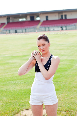 Concentrated female athlete holding weightの写真素材 [FYI00483250]