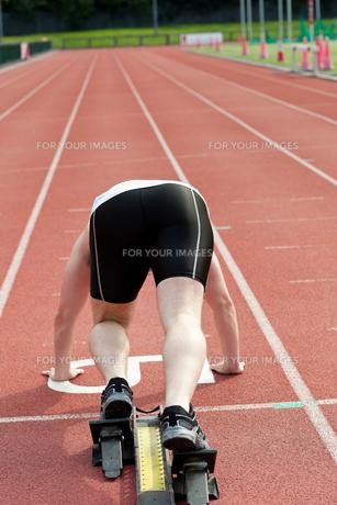 Sporty man waiting in starting blockの素材 [FYI00483259]