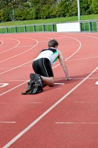 Athletic man waiting in starting blockの写真素材 [FYI00483266]