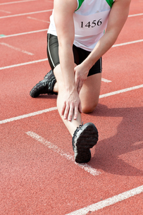 Male sprinter warming upの写真素材 [FYI00483267]