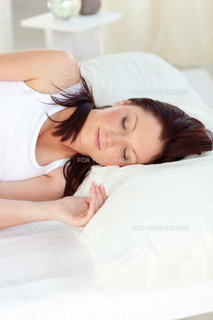 Radiant woman sleeping in her bedの素材 [FYI00483271]