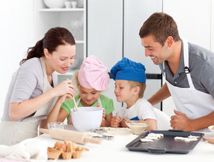 Adorable family baking together in the kitchenの写真素材 [FYI00483322]