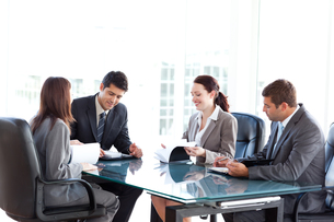 Four business people during a meetingの写真素材 [FYI00483326]