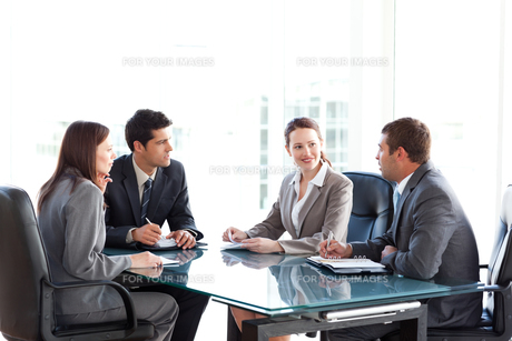 Businessmen and businesswomen talking during a meetingの写真素材 [FYI00483330]