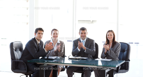 Cheerful Business team applauding during a presentationの写真素材 [FYI00483332]