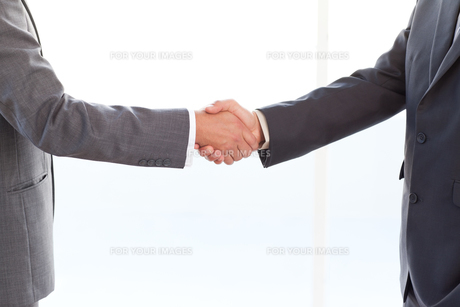 close up of businessmen shaking their hands after a meetingの写真素材 [FYI00483334]