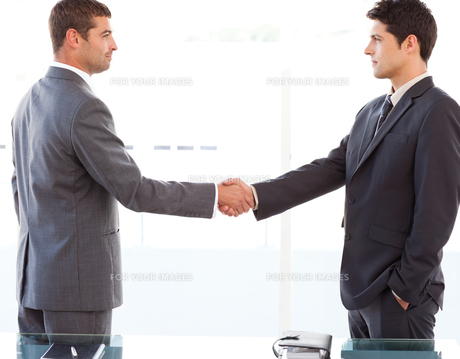 Serious businessmen shaking their hands after a meetingの写真素材 [FYI00483337]