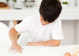 Adorable boy preparing a dough aloneの写真素材 [FYI00483348]