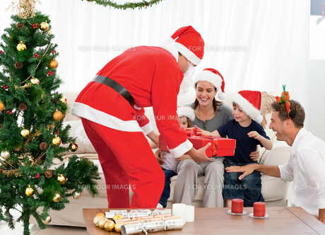 Happy family at christmas evening at homeの写真素材 [FYI00483370]
