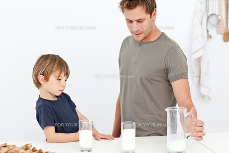 Cute dad and son drinking milk togetherの素材 [FYI00483379]