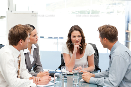 Charismatic businesswoman at a table with her teamの写真素材 [FYI00483394]
