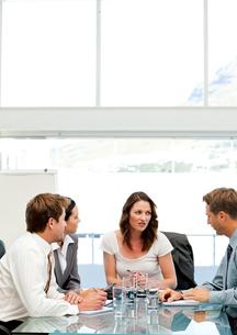 Charismatic businesswoman talking to her teamの写真素材 [FYI00483395]