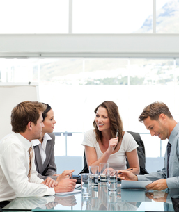Glad businesswoman talking to her teamの写真素材 [FYI00483396]