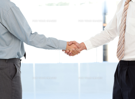 Close up of two businessmen concluding a deal by shaking their handsの写真素材 [FYI00483410]