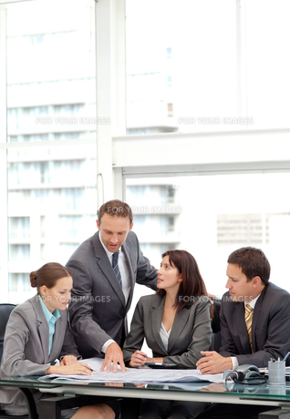 Successful manager showing a plan to his team during a meetingの写真素材 [FYI00483426]