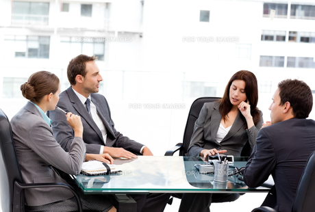 Thoughtful businesswoman talking to her team during a meetingの写真素材 [FYI00483428]