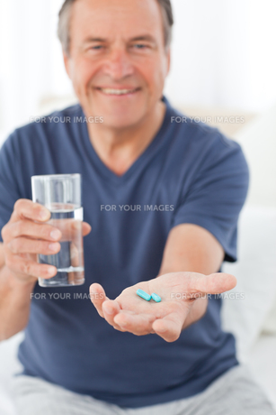 Sick man taking his pillsの素材 [FYI00483450]
