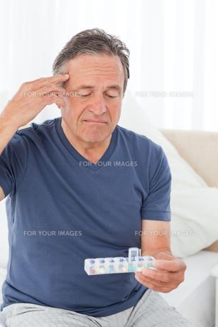 Sick man taking his pillsの素材 [FYI00483458]