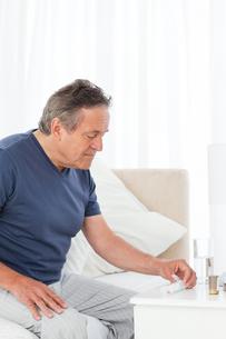Sick man taking his pillsの素材 [FYI00483463]
