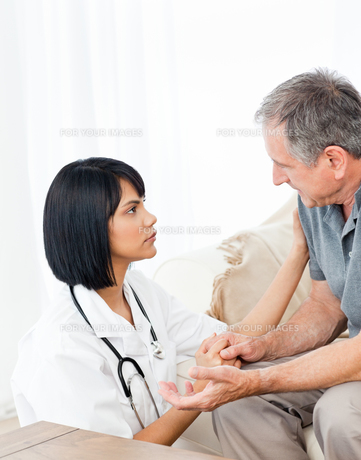 Man talking with his nurseの写真素材 [FYI00483465]