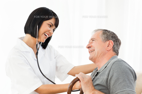 Senior laughing with his nurseの写真素材 [FYI00483466]
