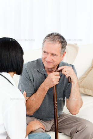 Retired man with his nurseの写真素材 [FYI00483468]