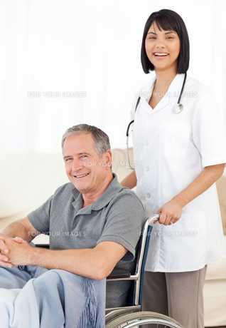 Nurse with her patient looking at the cameraの写真素材 [FYI00483472]