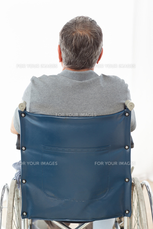 Mature man in his wheelchair with his back to the cameraの写真素材 [FYI00483481]