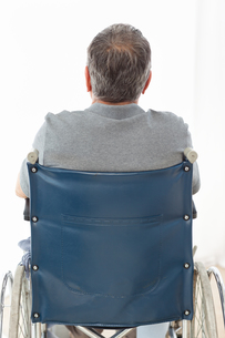Mature man in his wheelchair with his back to the cameraの素材 [FYI00483481]