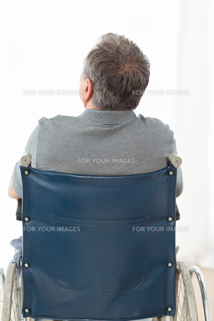 Mature man in his wheelchair with his back to the cameraの写真素材 [FYI00483484]