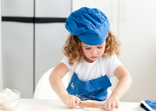 Little girl baking in the kitchenの写真素材 [FYI00483496]