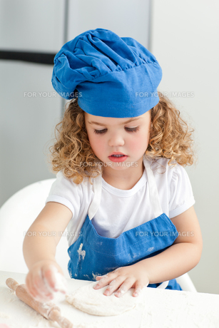 Little girl baking in the kitchenの写真素材 [FYI00483497]